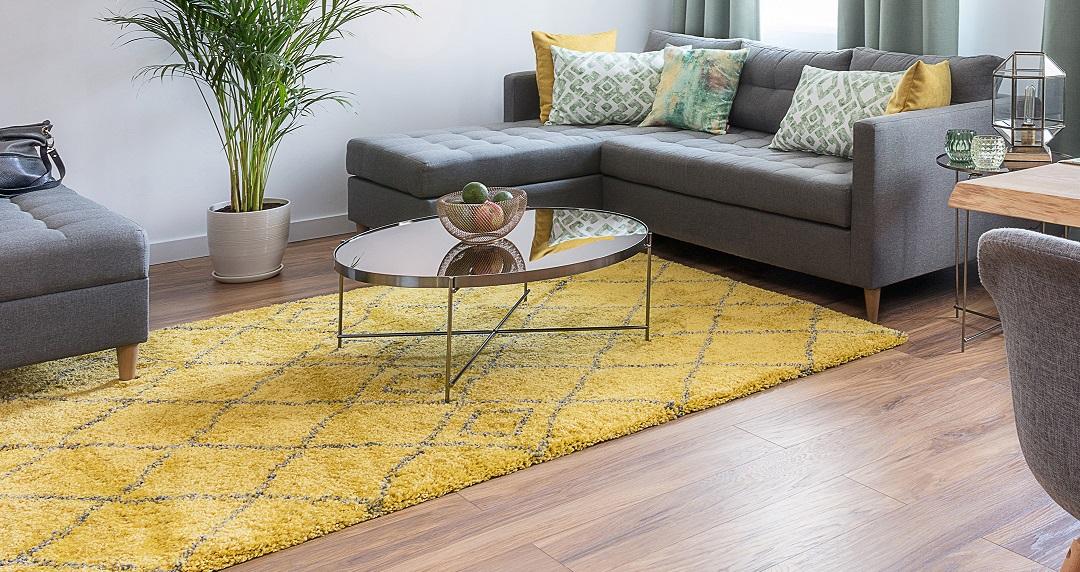 Klein aber Oho! Mit Teppichen & Lampen zum modernen Design